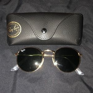 Round ray bans. Like new. No scratches